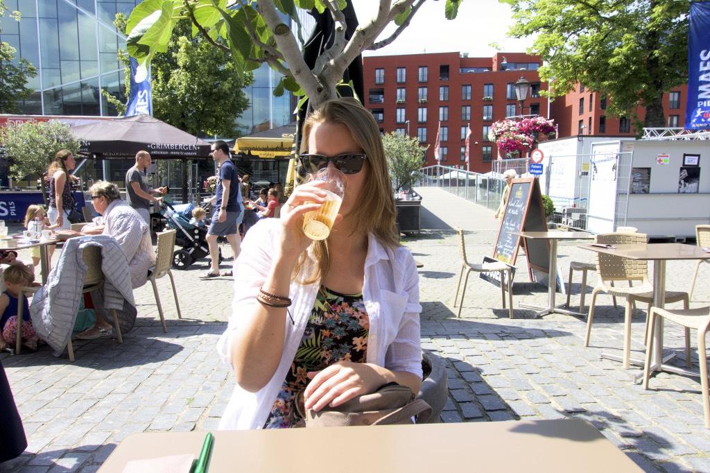 Bier-in-vrouwenhanden-in-Mechelen