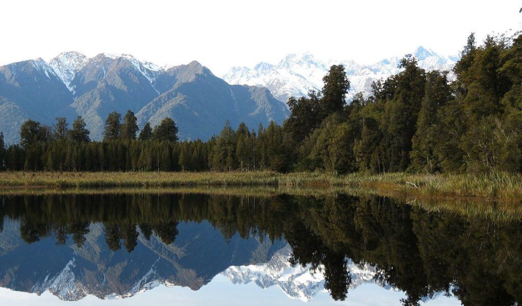 Lake Matheson Lake Matheson ligt op het Zuidereiland, vlakbij de Fox Glacier. Zodra het windstil en onbewolkt is weerspiegelen Mount Cook en Mount Tasman met hun vele bossen in het meer. Het meer wordt dan ook niet voor niets Mirror Lake genoemd. Het is een van de mooiste wandelgebieden van Nieuw-Zeeland, met uitzichten op de Southern Alps. Jetty Viewpoint (ook wel Reflecion Pond genoemd) biedt het mooiste uitzicht van het meer, zeker als het windstil is.