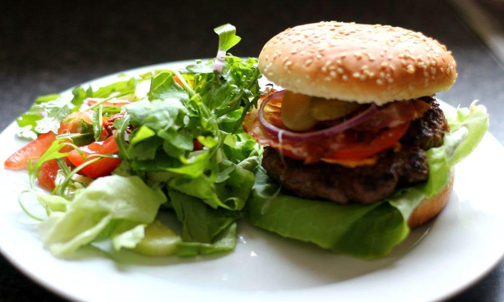 Zelfgemaakte Amerikaanse hamburger met salade