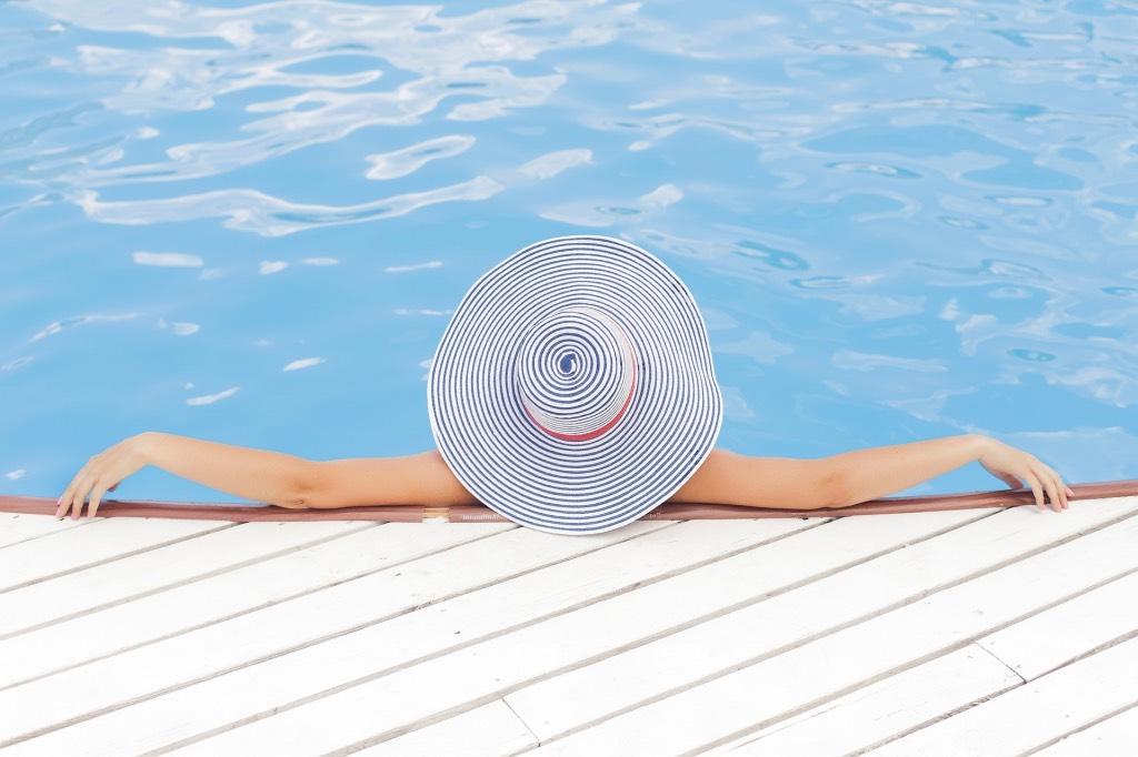 relaxen bij het zwembad