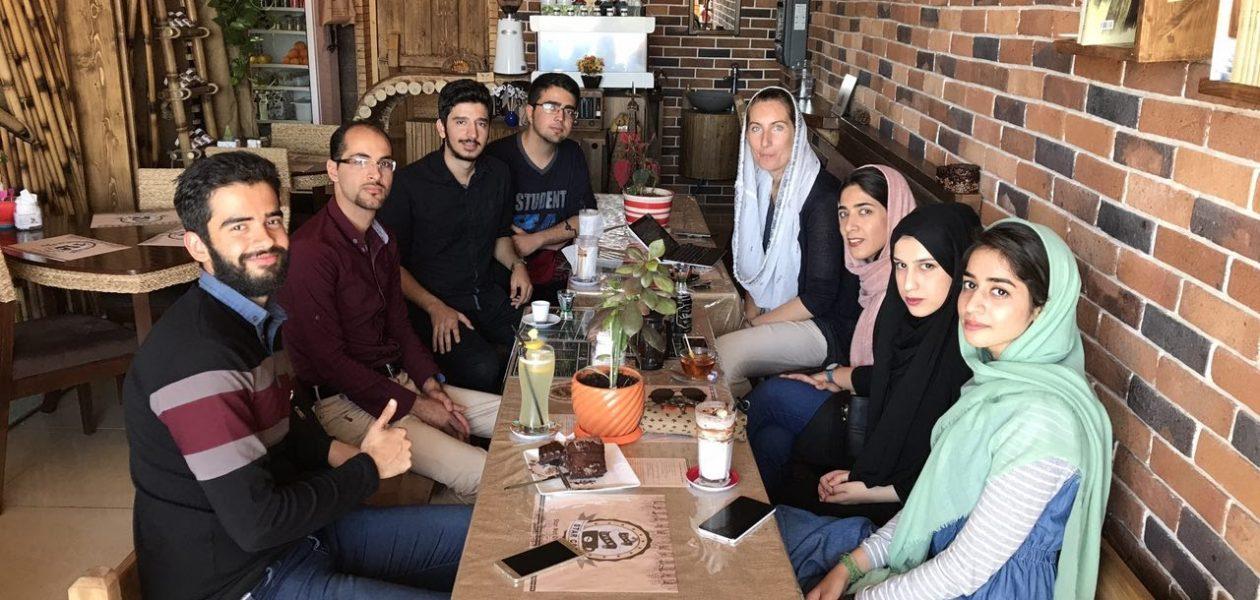 Koffie met een groepje studenten in Hamedan